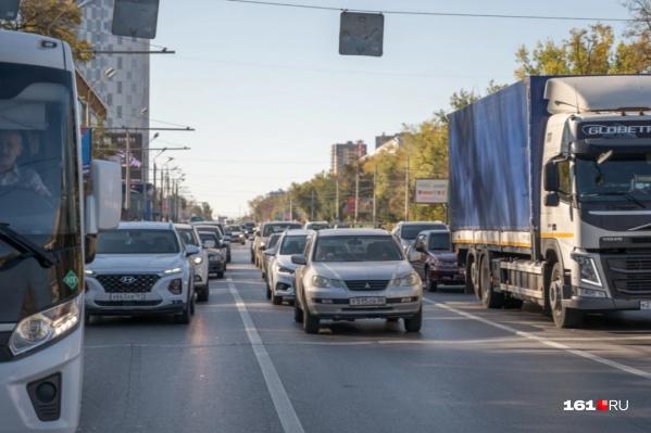 Пробка растянулась от пересечения улиц Мадояна и Доватора до улицы Нансена