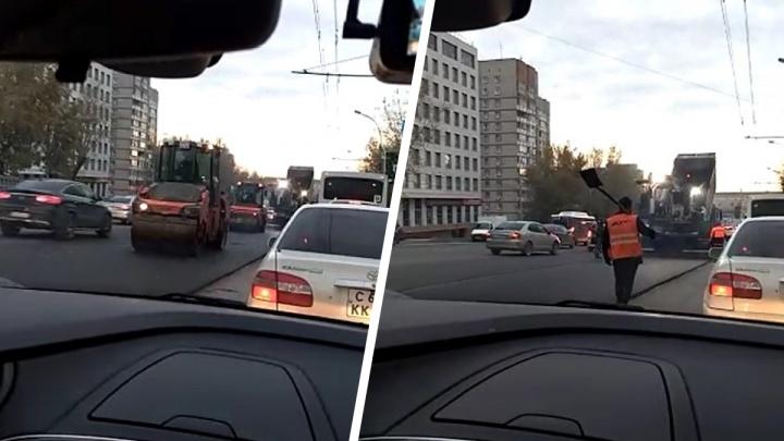 «Заняли две полосы»: видео из пробки перед площадью Труда, где в час пик укладывают асфальт