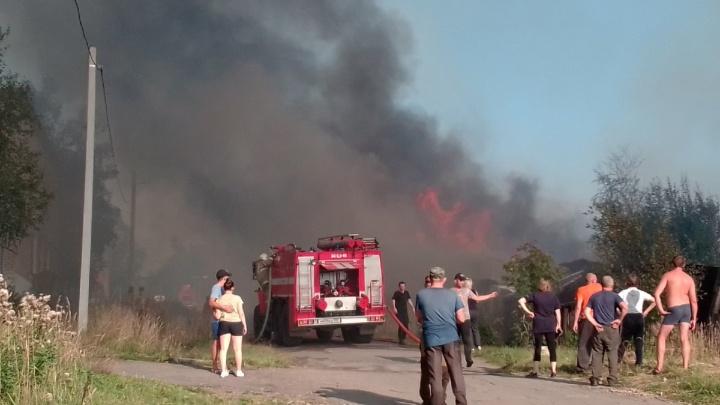 В Прикамье горят сараи — их тушат уже несколько часов
