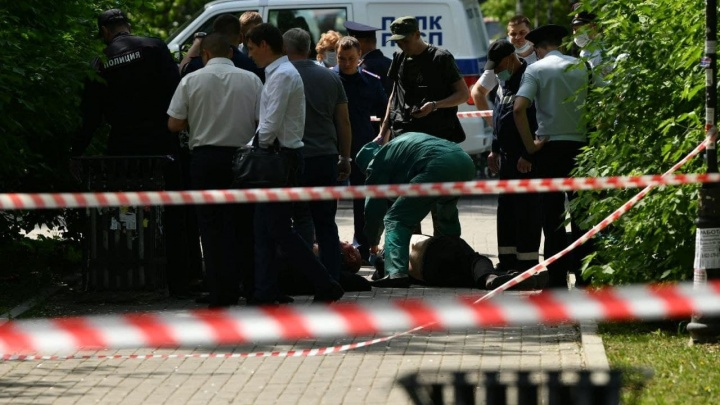 Мужчина зарезал трех человек в сквере у железнодорожного вокзала в Екатеринбурге: коротко о главном