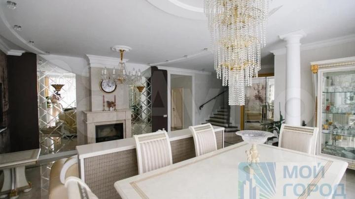 В кемеровской Лесной Поляне продают коттедж за 39 млн. Показываем, что есть внутри (ковры!)