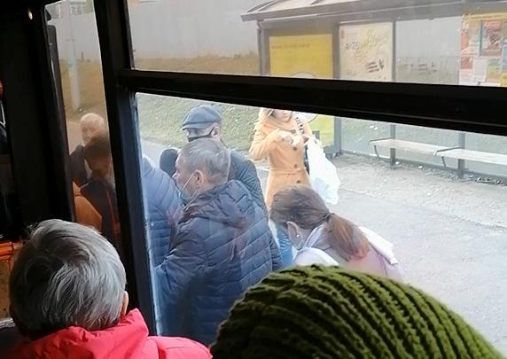 «Двери закрылись с третьей попытки»: жители Покровки не могли выехать в центр из-за забитых битком автобусов
