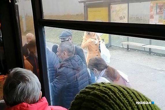 В Покровке в автобус пассажиры выстраиваются в очередь, но не всем хватает мест