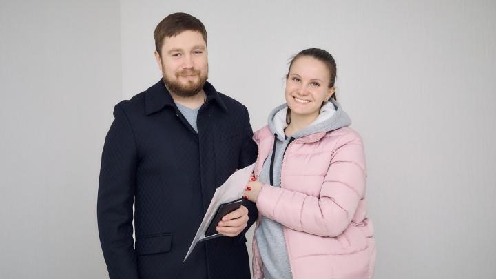 Учитель физкультуры из Челябинска, который выиграл квартиру, пригласил в гости на новоселье