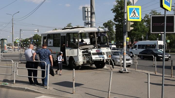В Челябинске маршрутный ПАЗ после столкновения с «Газелью» проломил забор и вылетел на островок безопасности