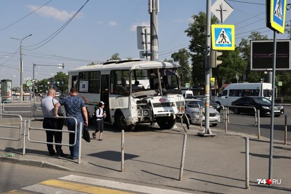 Авария произошла днем в понедельник на пересечении проспекта Ленина и улицы Горького