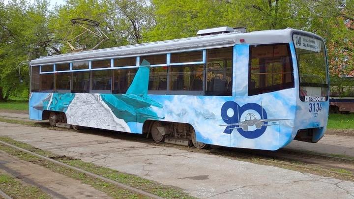 В Новосибирске на линию вышел трамвай с нарисованным истребителем — рассматриваем фото
