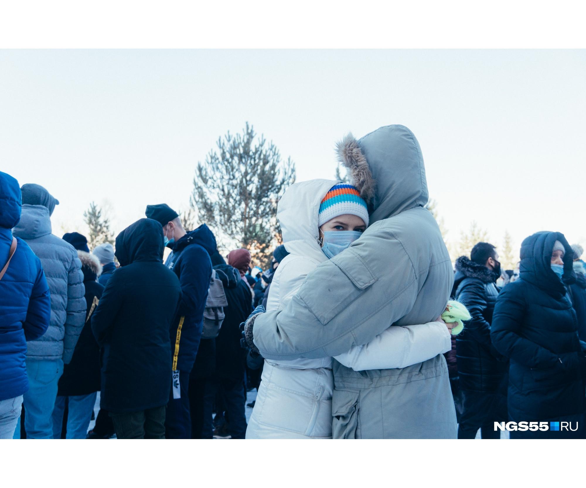 Другие думали — протест протестом, а обнимашки по расписанию
