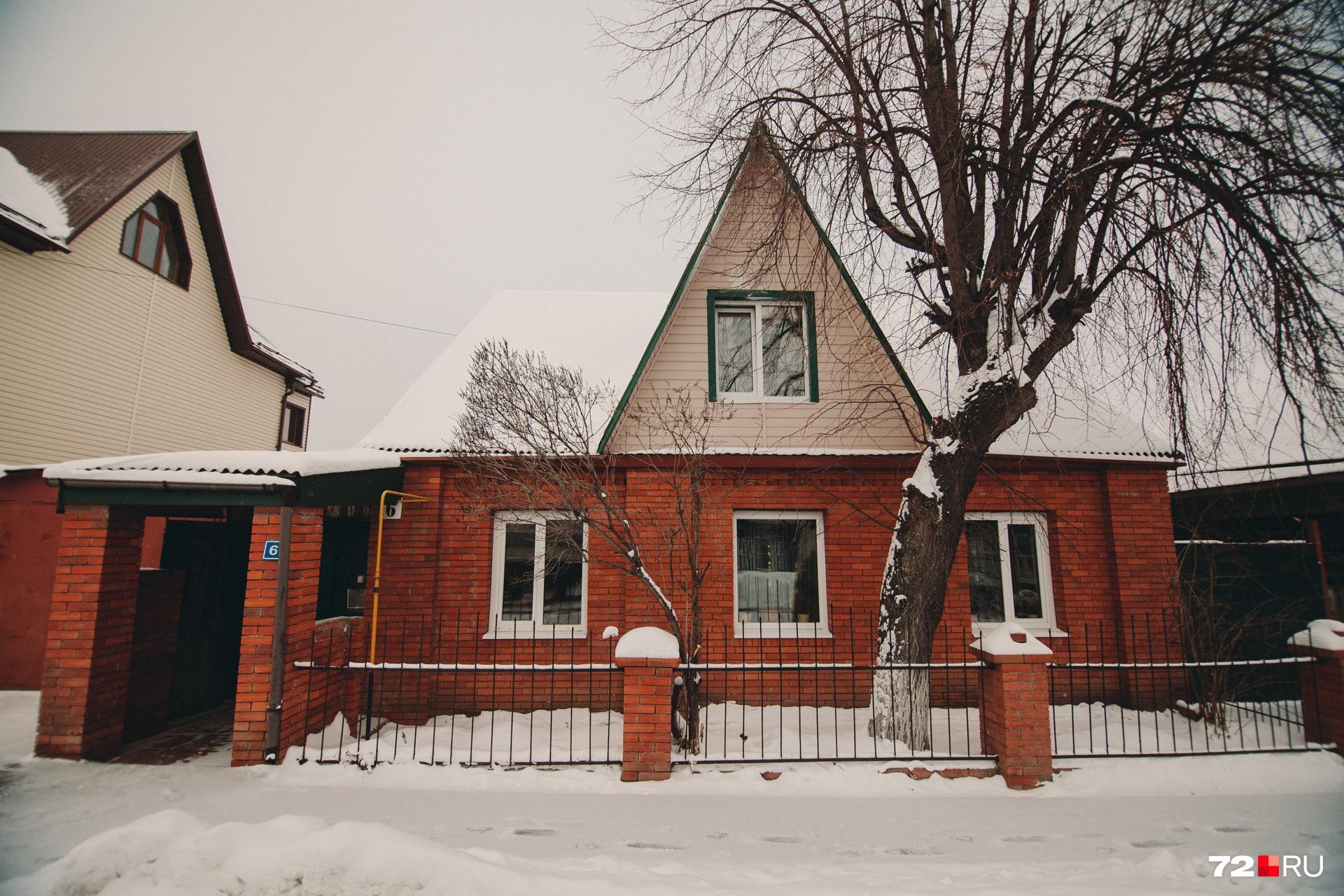 Так этот дом выглядит с улицы. Со стороны и не скажешь, что здесь работает благотворительная организация