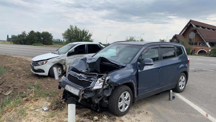 Ранены пятеро детей и двое взрослых: на трассе под Волгоградом столкнулись машины