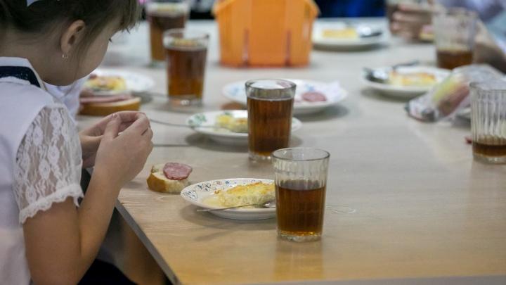 После массового отравления школьников из меню убрали салаты с сырыми овощами