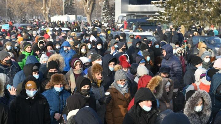 «Это самая массовая акция Сибири и Урала»: на шествие в Екатеринбурге вышли тысячи людей