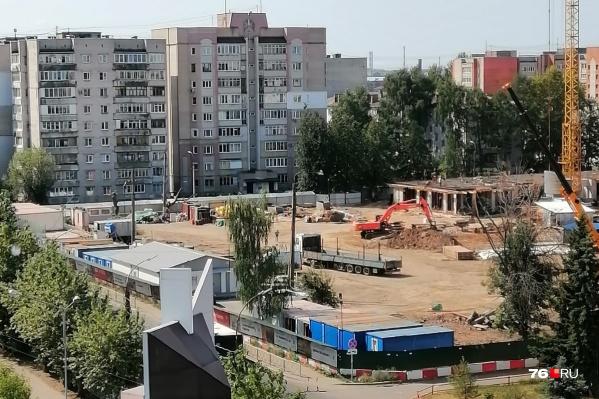 Части деревьев на улице Рыбинской уже нет (возле десятиэтажек)