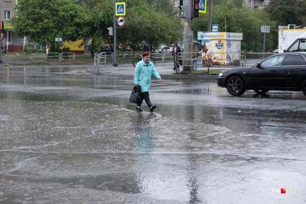 Чтобы обойти лужу, пешеходы были вынуждены идти по дороге вне специального перехода