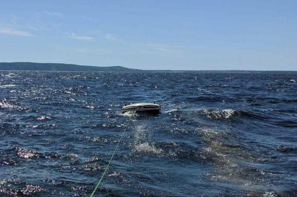 Спасатели везли лодку к берегу на буксире