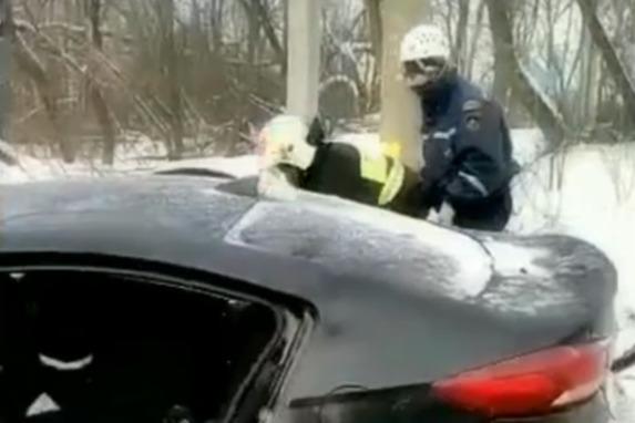В Башкирии произошло ДТП, спасатели вытаскивали водителя из зажатого автомобиля