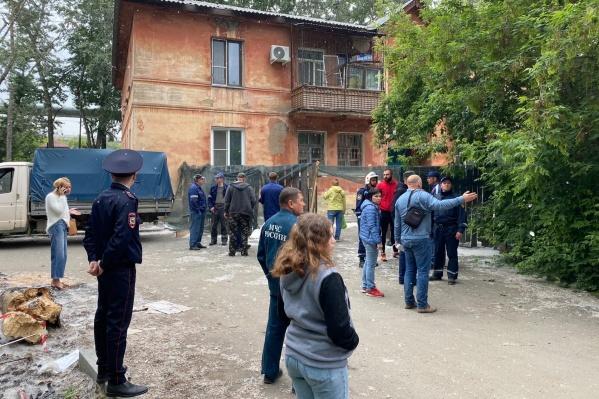 Всё это время дом был оцеплен, и жителей внутрь не пускали из-за угрозы обрушения