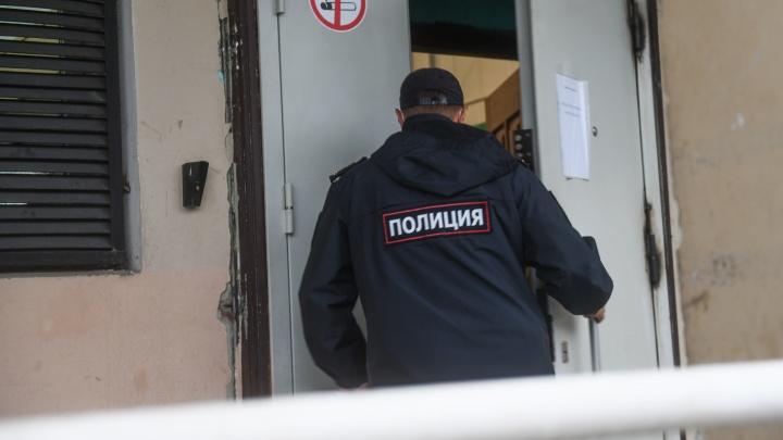 Полицейские из Екатеринбурга попались на попытке забрать наркотики из леса