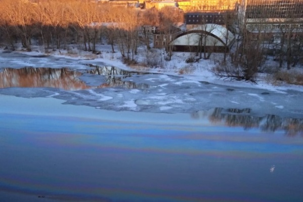 Река стала радужной, но радоваться нечему