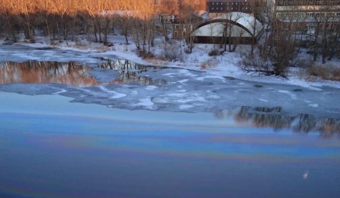В реку Миасс в Челябинске попали нефтепродукты