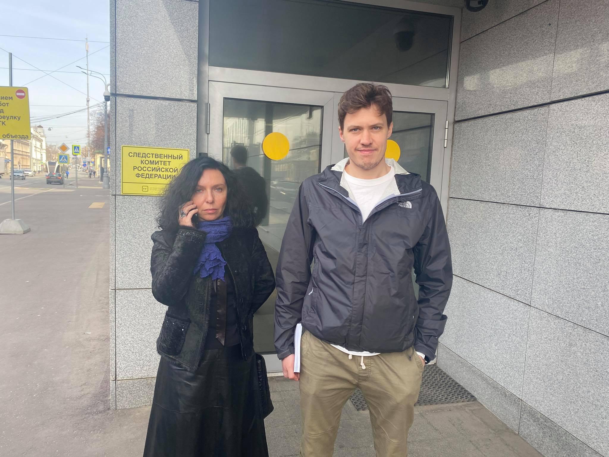 Адвокат Анна Ставицкая и Роман Анин после допроса в СК.
