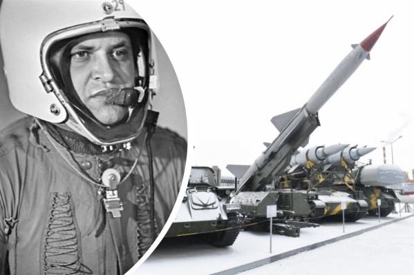 Американский разведчик Гэри Пауэрс и зенитный комплекс той же модели, из которой подбили его самолет в небе над Свердловской областью