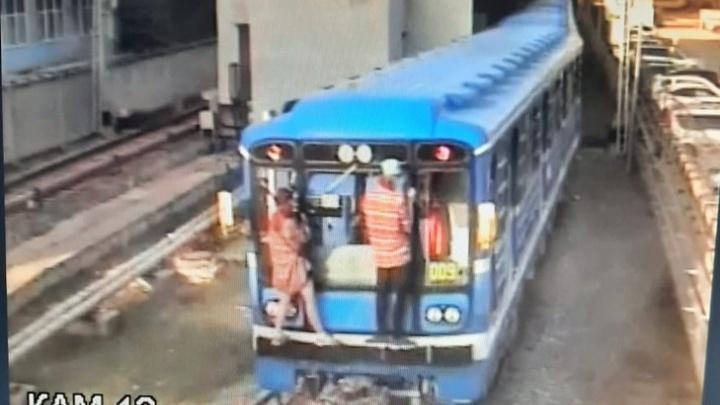 «Прыгнули на вагон с платформы»: в Самаре сняли с поезда метро «зацеперов»