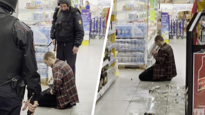 В Новосибирске мужчина устроил погром в супермаркете, а затем порезал себя ножами