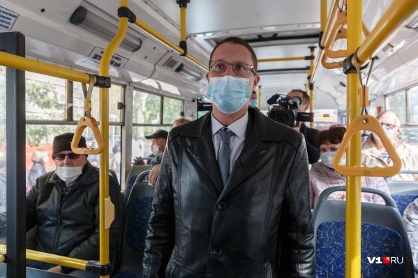 Чиновники на своем примере пытались показать, как нужно носить маску