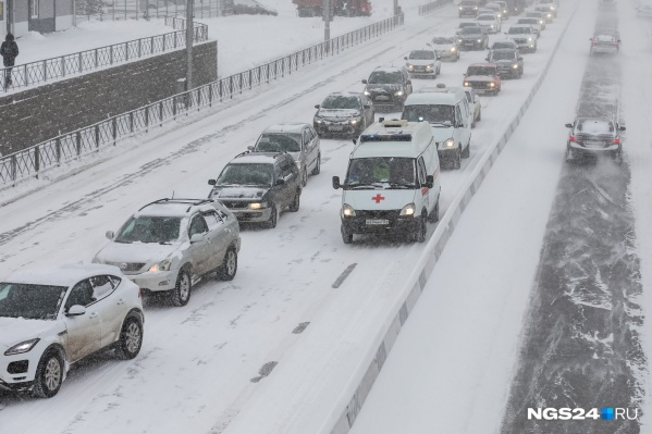 Снегопад сковал дороги