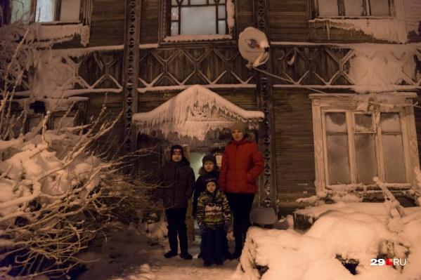 В восьмиквартирном деревянном доме живут более 20 человек
