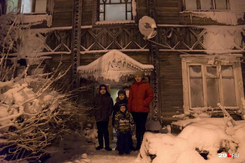 """Этот ледяной «дворец» тоже находится на Сульфате, <a href=""""https://29.ru/text/gorod/2021/01/19/69705881/"""" target=""""_blank"""" class=""""_"""">мы его посетили и поговорили с жильцами</a>"""