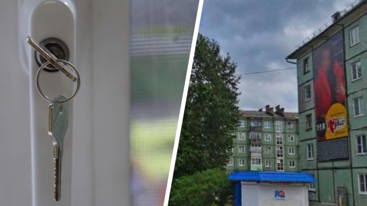 Был пьян и побил все стекла: в Северодвинске пенсионер выпал из окна своей квартиры