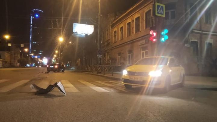 Volkswagen от удара развернуло и отбросило на столб: в центре Екатеринбурга столкнулись две иномарки