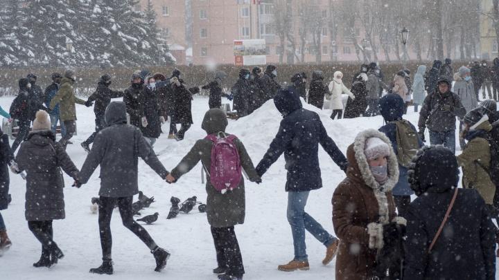 Жители Северодвинска в знак протеста водили хоровод. Кто-то поднял вверх синие трусы