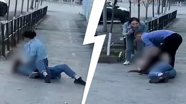У бара в центре Тюмени подрались две девушки. Очевидцы сняли на видео, как одна запинывает другую
