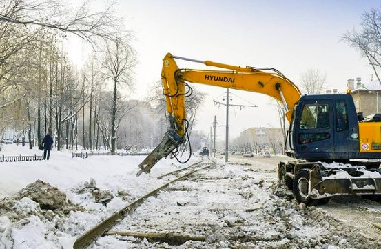 «Подрядчик набрал хорошие темпы»: в мэрии рассказали о ремонте трамвайных путей на Уральской
