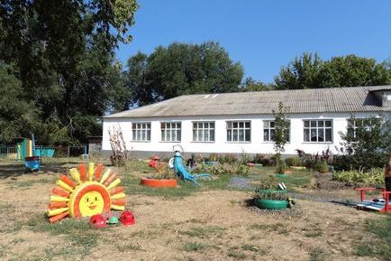 Дети играли на площадке детсада, когда к забору подошел подозрительный мужчина