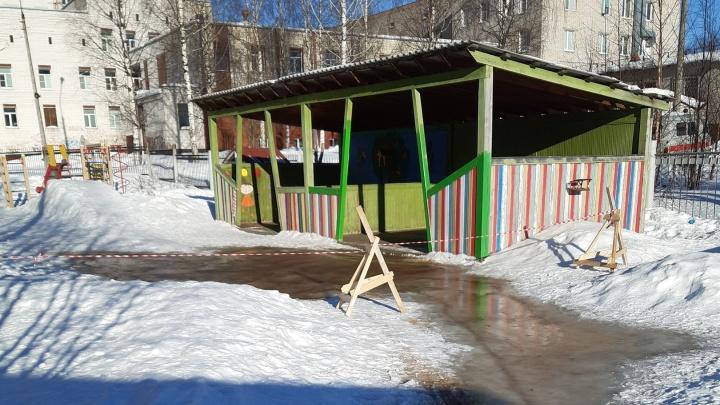У детского сада в Архангельске прорвало канализацию. За сырые вещи детей наказали воспитателя