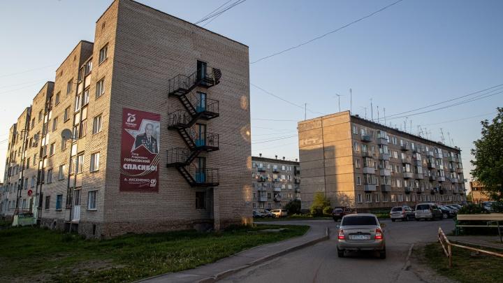 Из Мошково вывезли родных полицейского, который случайно застрелил 19-летнего Векила. Что происходит в поселке — репортаж