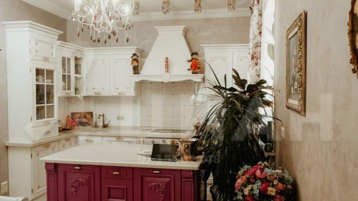 Под Кемерово продают коттедж с баней и частной охраной за 40 млн. Показываем фото дома с дизайнерским ремонтом