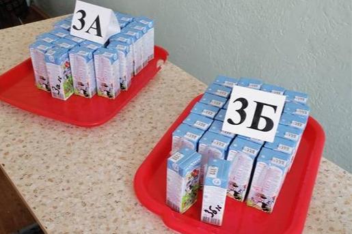 В челябинской школе ученикам младших классов выдали просроченное молоко