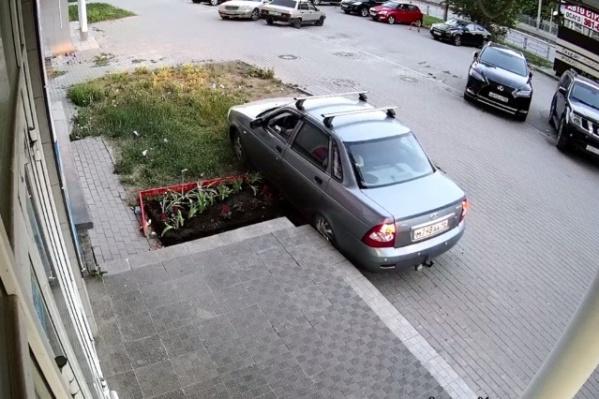 Водитель проехал прямо по клумбе