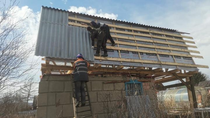 Бригаду кровельщиков обстреляли под Новосибирском — один из рабочих получил пулю в бедро
