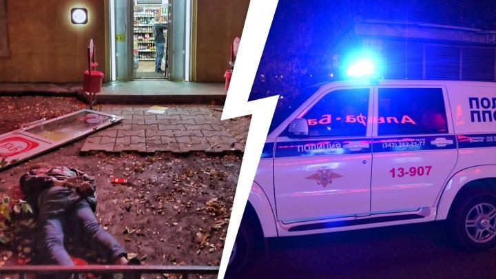 В Екатеринбурге посетитель «Красного и Белого» подрался с продавцом и вынес дверь