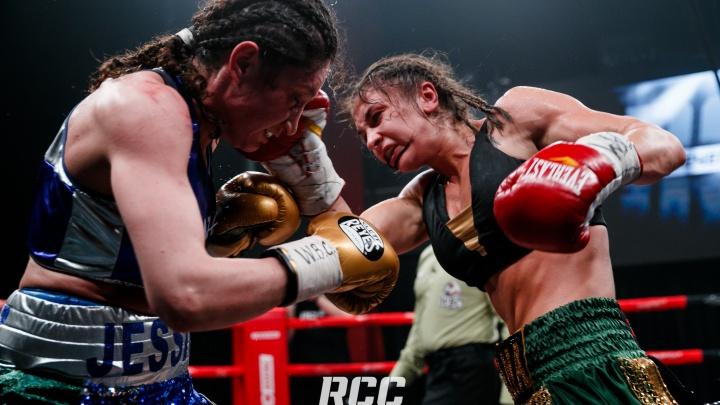 Титульные бои и атакующие женщины: фото с турнира по боксу, на который невозможно было достать билеты
