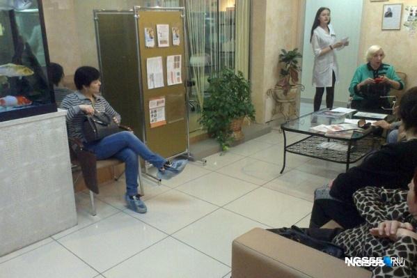 Клиенты ожидают в очереди, чтобы получить медицинскую услугу