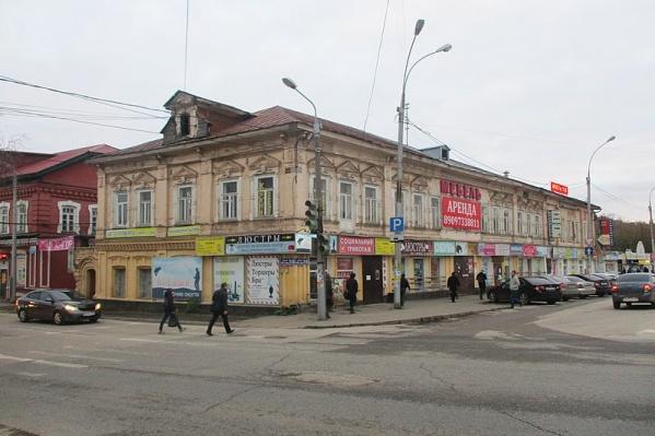 Фасады старинного здания многие годы были увешаны вывесками и рекламой