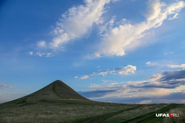 Гора только кажется маленькой, но ее высота около 300 метров