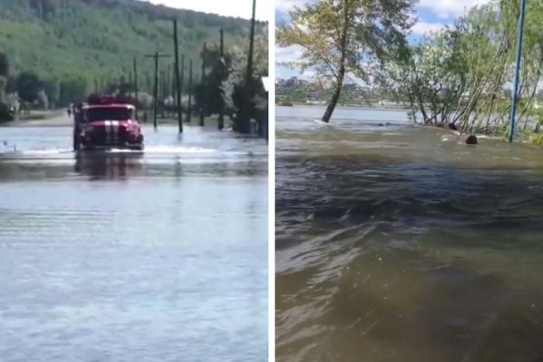 Слева — пожарная машина перевозит местных жителей в Каратузском районе. Справа — вода топит пляж на острове Отдыха